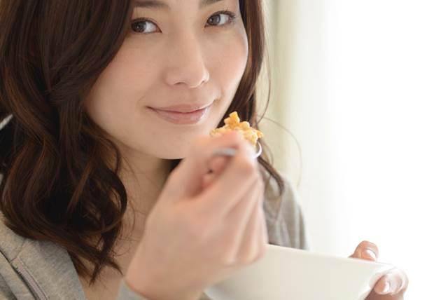 食べている女性