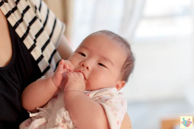 抱っこされている赤ちゃん