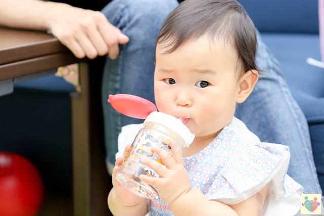 マグカップで水を飲む赤ちゃん