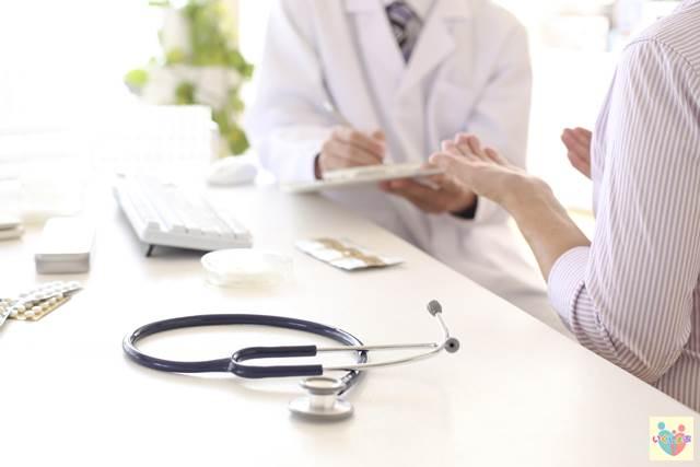 患者の話を聞く医師