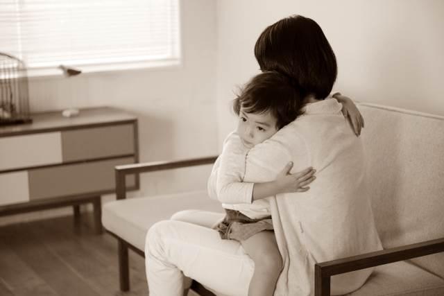 子供を抱きしめている親