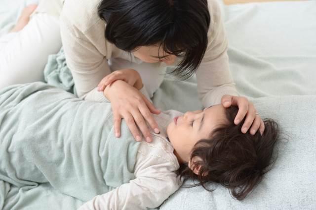 子供を寝かすお母さん