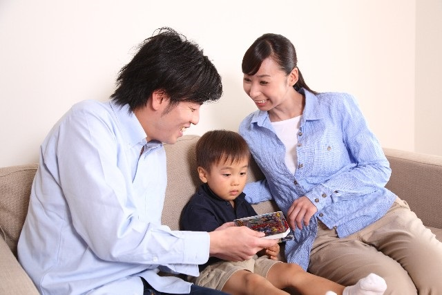 絵本を読む家族