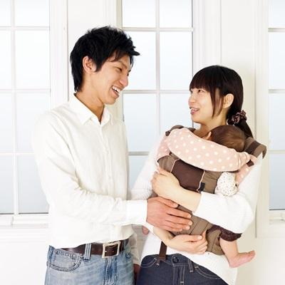 抱っこひもをする女性