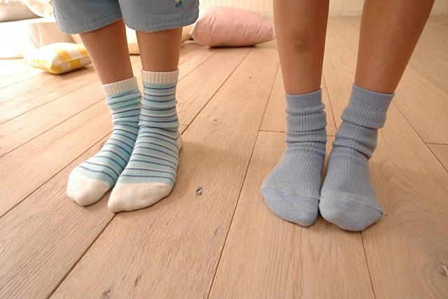 靴下を履く子供