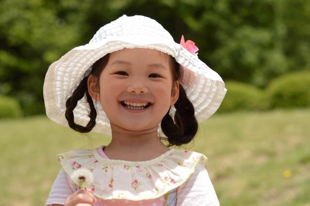 帽子をかぶる女の子