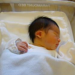 布団で寝ている赤ちゃん
