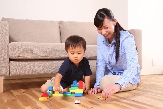 室内で遊ぶ子供