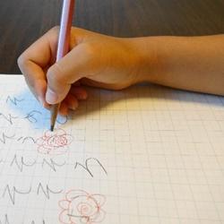 字を書いている子供