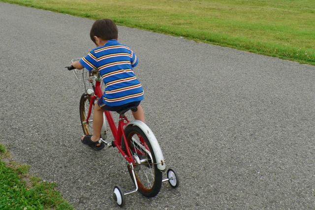 自転車にのる子供