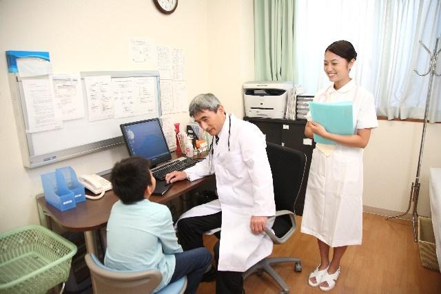 病院で診察を受ける肥満児