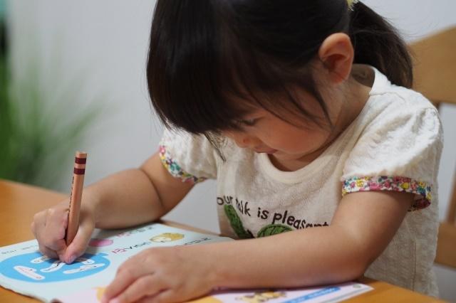ひらがなの勉強をする幼児