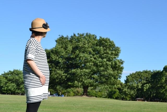 公園を歩いている妊婦さん