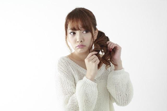 枝毛で悩む女性