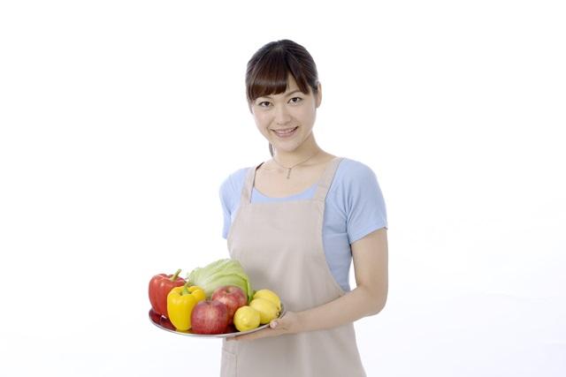 野菜を持っている妊婦さん