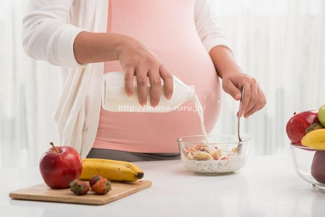 食事をする妊婦さん
