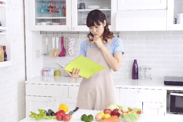 レシピを見る妊婦さん