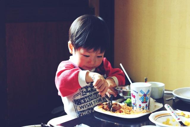 夕食を食べる子供