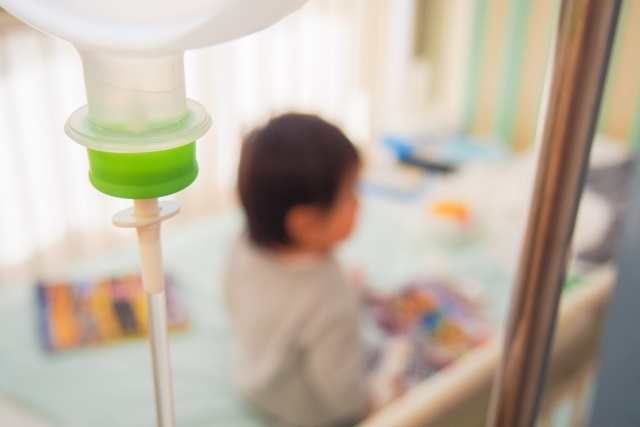 病院で治療をする子供