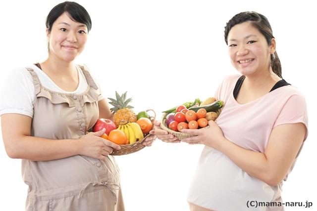 食べ物を持つ妊婦