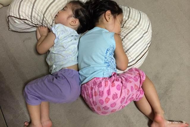 寝ている子供たち