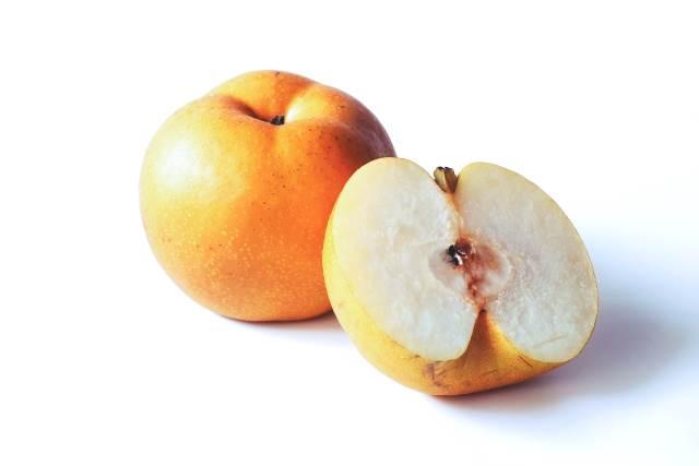 半分に切っている梨