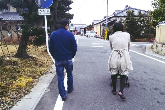 歩いているママと赤ちゃん