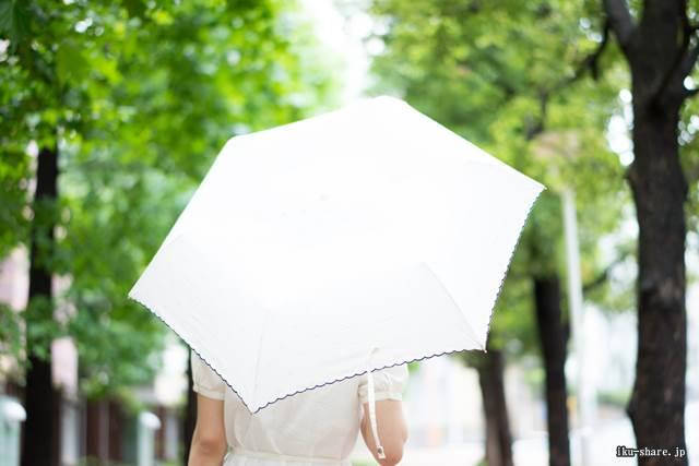 日傘をしている女せk