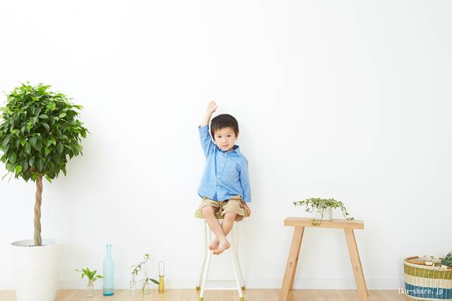 椅子に座る幼児