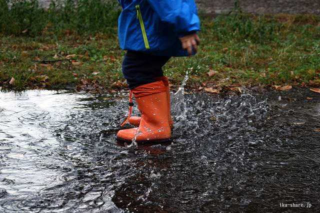 水たまりをジャンプする子供