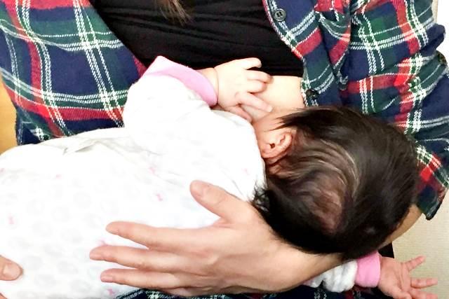 母乳を与えるお母さん