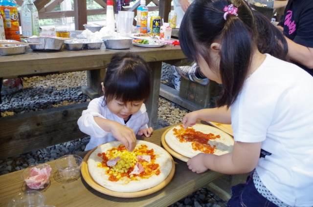 ピザを作る子供たち