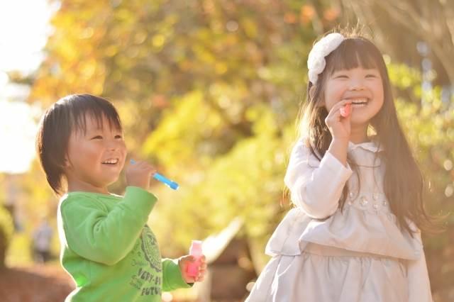 シャボン玉をする子供たち