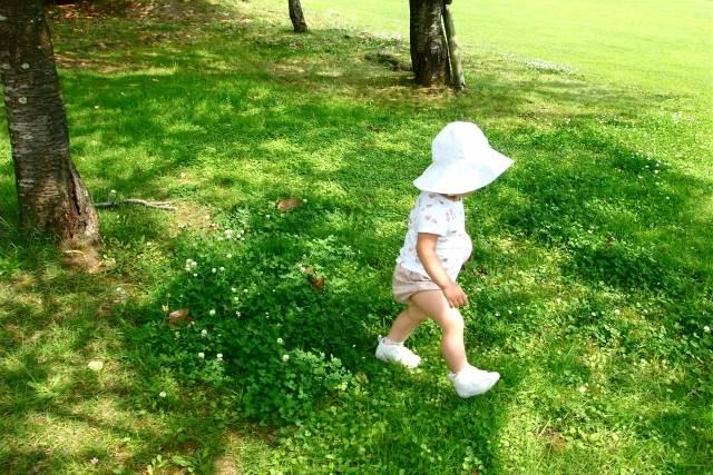 散歩している赤ちゃん