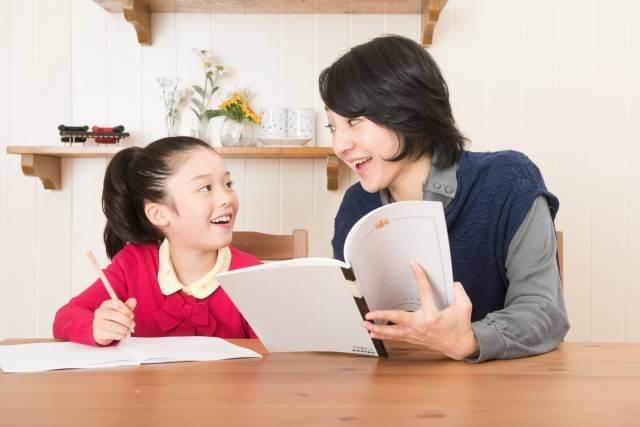 勉強を教えるお母さん