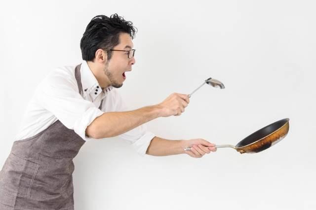 料理をしている男性