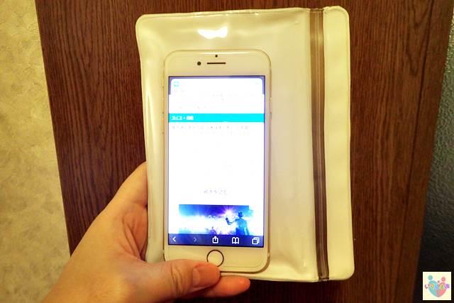立てて見れる防水ソフトケース スマートフォン用の操作性を検証